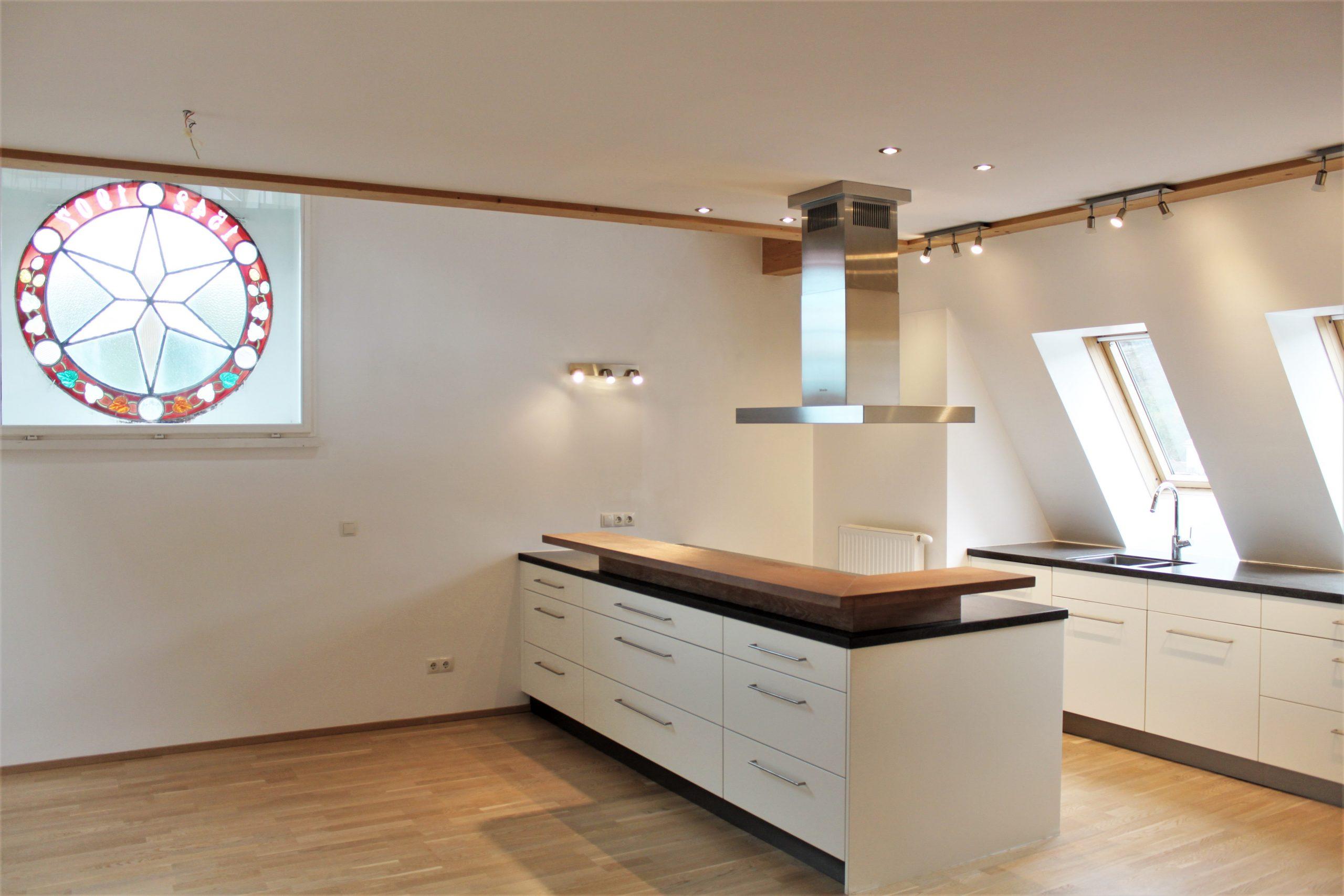 Imposante und lichtdurchflutete Dachgeschosswohnung mit Galerie in Top Lage von Riedenburg!